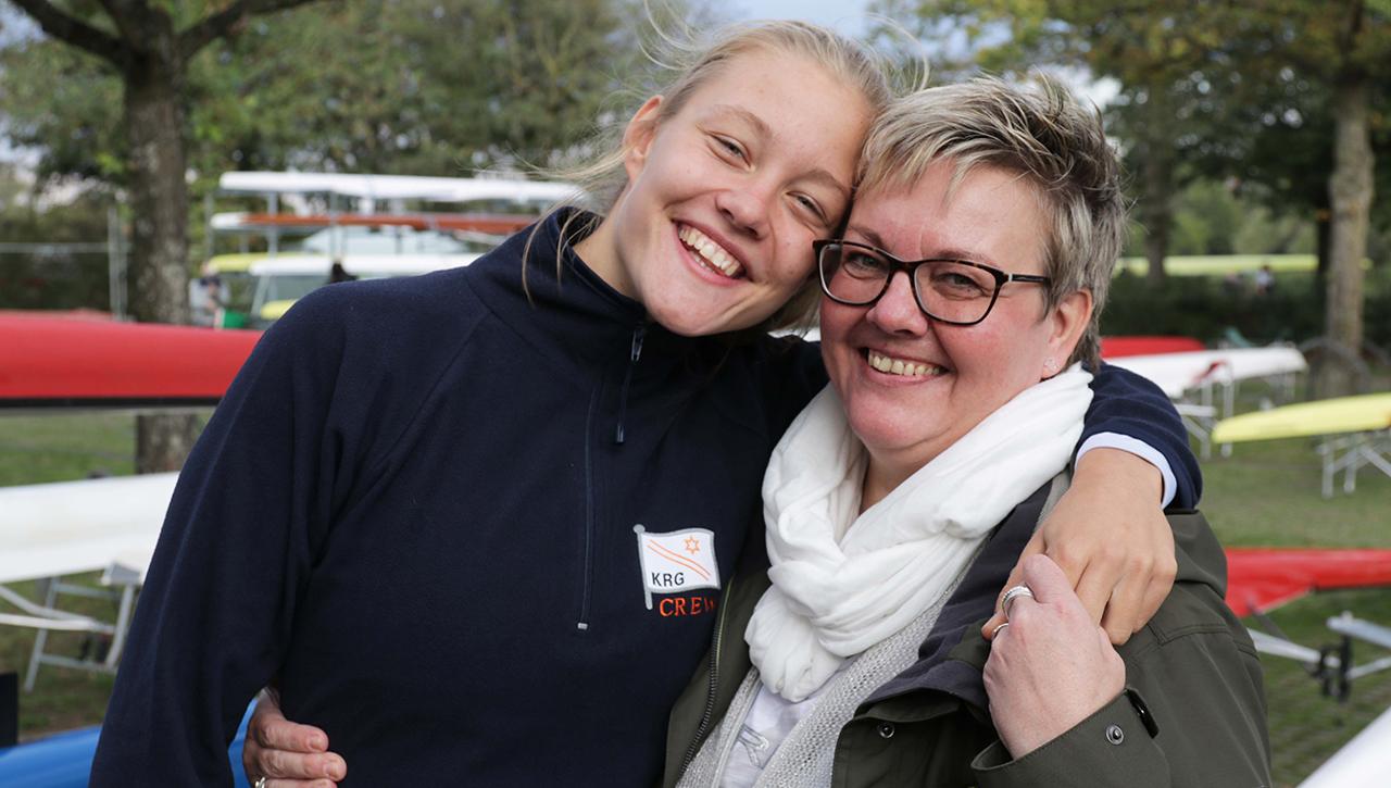 Lene und Britta Mührs umarmen sich