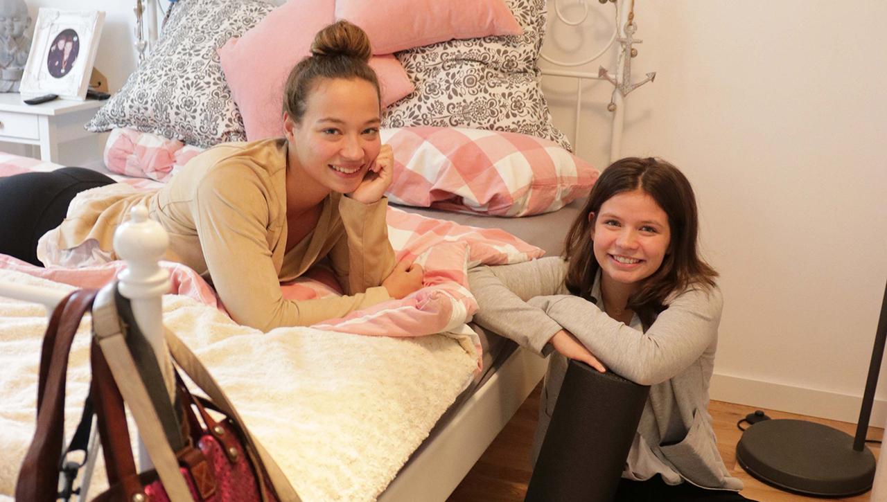 Ira und Gesa Deike, Wasserballerinnen, in ihrem Zimmer