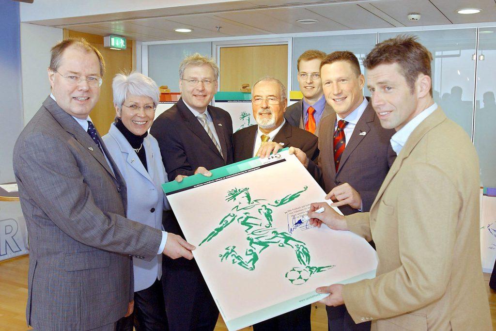 Erste Botschafter der Sportstiftung NRW 2004 mit Ministerpräsident Peer Steinbrück, Heide Ecker-Rosendahl, Heribert Faßbender, Arnd Schmitt, Christian Keller, Michael Skibbe